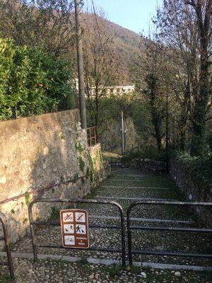 strada pedonale verso il fiume