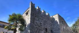 17 casa in pietra costruita accanto a Palazzo Martinoni