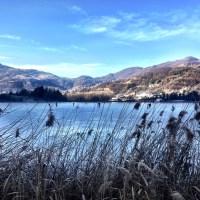 Passeggiare in sicurezza (?) sulle acque ghiacciate del Lago d'Endine una fredda mattina d'inverno