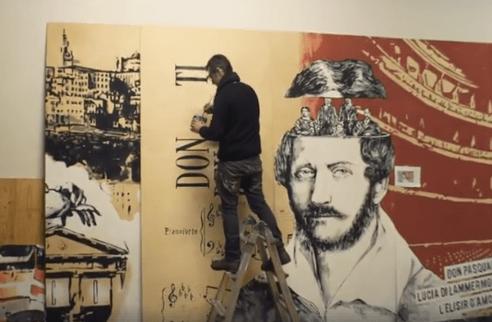 Steven Cavagna lavora in studio ai pannelli delle Autolinee di Bergamo 1
