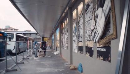 Steven Cavagna mentre lavora alla posa dei pannelli al Muro degli Arrivi delle Autolinee di Bergamo 9