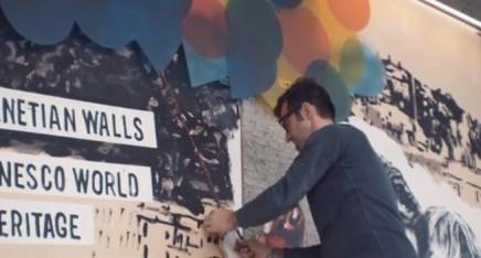 Steven Cavagna mentre posa i pannelli al Muro degli Arrivi delle Autolinee di Bergamo 7