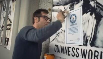 Steven Cavagna mentre posa il certificato del World Guinnes Record sul Muro degli Arrivi delle Autolinee di Bergamo 7