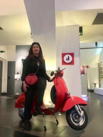L'autrice di Cose di Bergamo al Gombit Hotel seduta sulla Vespa dell'ingresso