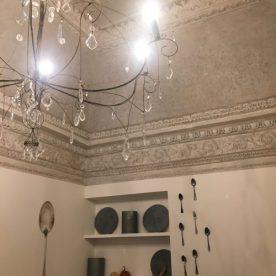 Sala delle Colazioni, lampadario in ferro battuto e cristalli