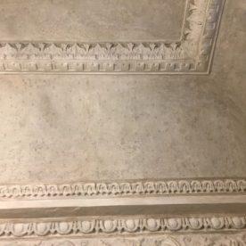 Soffitto stanzetta con con decorazioni della sala delle Colazioni del Gombit Hotel