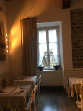 Finestra sala delle colazioni al Gombit Hotel