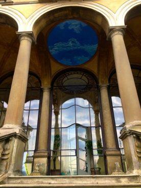 Ingresso edificio Villa Gromo con affreschi e vetrate