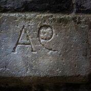 incisioni su pietra A e Q