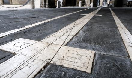 Meridiana di Piazza Vecchia e i segni zodiacali
