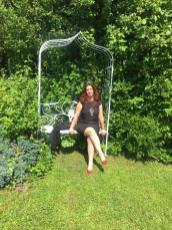 Raffi in posa nel giardino de Il Fontanile di Gandosso