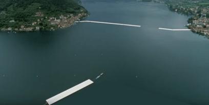 La passerella viene posizionata sul lago