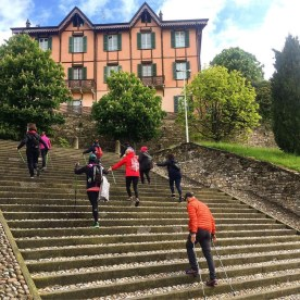 Nordic Walking sullo scalone neoclassico in Bergamo Alta davanti a Santa Grata