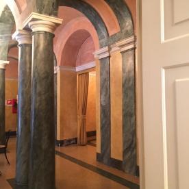 Le colonne in stucco marmorino all'ingresso del Teatro Social di Bergamo