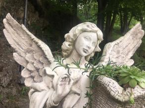 particolare dell'angelo sul Sagrato del Santuario del Perello