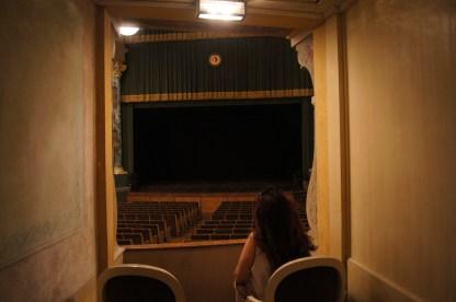 Raffi Garofalo seduta in uno dei 4 posti all'interno di un palchetto privato del Teatro Sociale