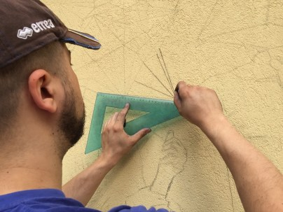 Andrea Mastrovito disegna i soggetti di Polvere di Stelle sul muro