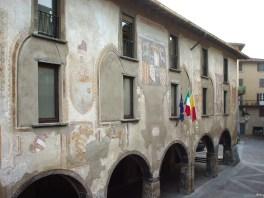 Facciata del Comune di Clusone dalla piazza dell'Orologio