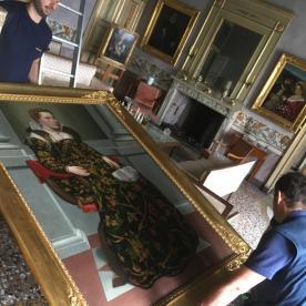 Il quadro di Isotta Brembati viene tirato giù dal muro
