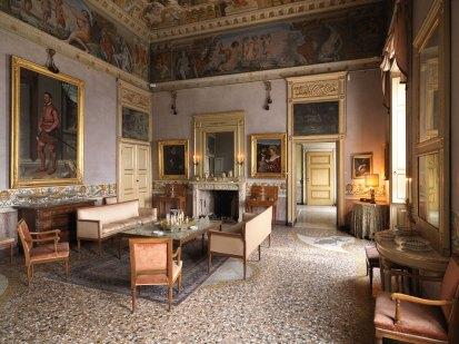La sala che ospita il Cavaliere in Rosa e Isotta Brembati a Palazzo Moroni di Bergamo Alta
