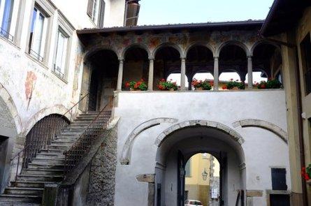 Scalinata e loggia del Palazzo del Comune di Clusone