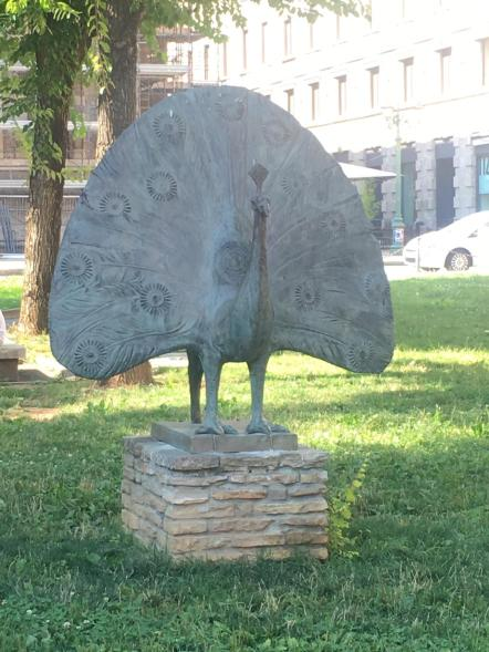 Il Pavone di Elia Ajolfi nel prato di Piazza Dante a Bergamo