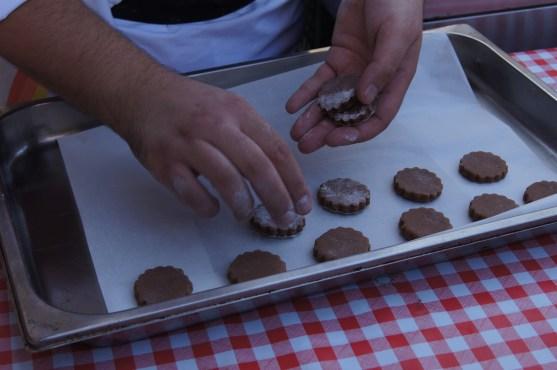 Disporre i biscotti a crudo sulla teglia da forno