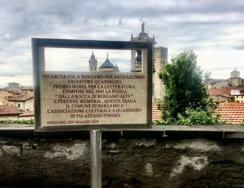 Targa dedicata a Salvatore Quasimodo alla Rocca di Bergamo.jpeg