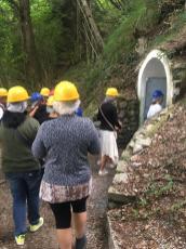 Gruppo che sta per entrare a visitare le Grotte del Sogno