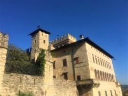 Castello Camozzi Vertova prima di entrare nel giardino interno