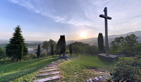 Panorama dalla Chiesa di San Giorgio ad Albano Sant'Alessandro e la sua croce