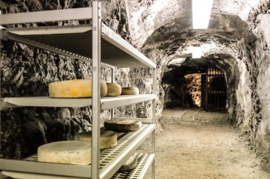 Formaggio Ol Minadur all'interno delle Miniere di Dossena