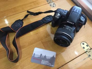La macchina fotografica e il bigliettino da visita di Cose di Bergamo