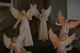 Angeli del Silence Teatro di Lovere in posa in una piazzetta