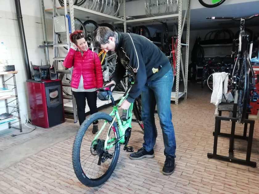 Fabrizio Testa sistema l'ebike di Raffi Garofalo.jpeg
