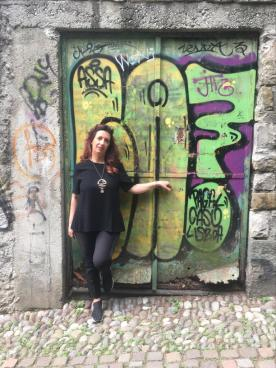 Raffi Grofalo in posa davanti ad una porta con graffiti