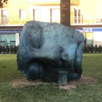 Ammirare l'opera Osiride Addormentato di Igor Mitoraj installata nel 2007 nella piazza di Osio Sotto