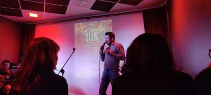 Poeta durante una performance diPoetry Slam