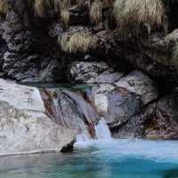 La Val Vertova in inverno: rocce, cascate e pozze d'acqua verde smeraldo. What else?
