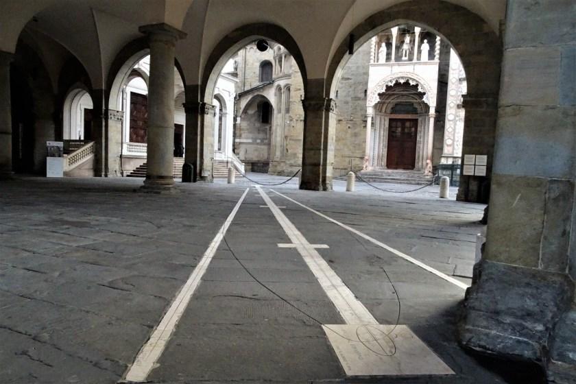 Meridiana sotto i portici del Palazzo della Ragione