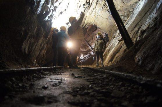 Raffi Garofalo mentre fotografa le camere di coltivazione delle Miniere di Schilpario