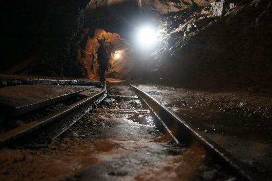 Rotaie della ferrovia codevilla all'interno della Miniera di Schilpario