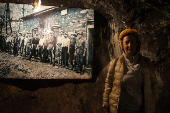 Raffi Garofalo davanti ad una foto degli Anni Trenta dei Minatori di Schilpario