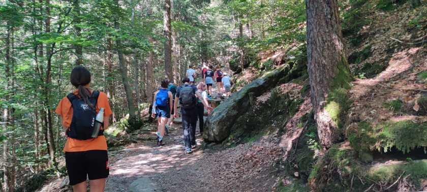 8 escursionisti sul sentiero 411 verso la diga del Gleno
