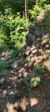 sentiero per raggiungere la panchina gigante della Val di Scalve non adatto ai passeggini