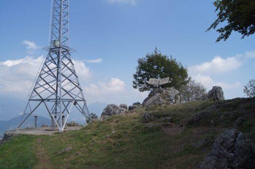 La croce e il Monumento sul Monte Zucco