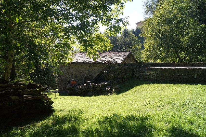 Guida spiega a Raffi Garofalo caratteristiche del mulino di montagna