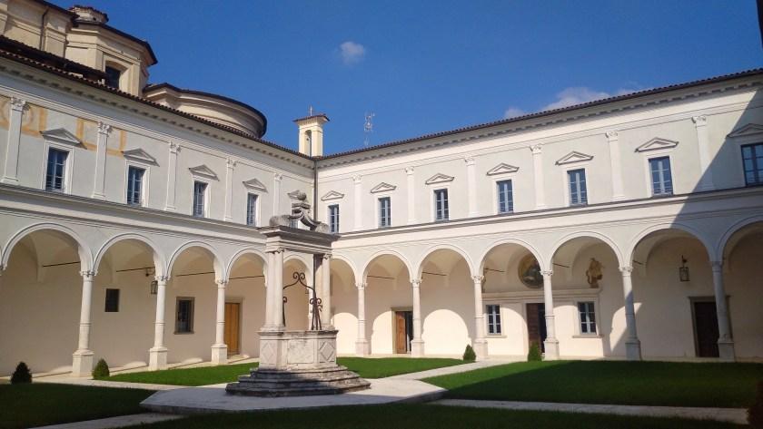 Chiostro maggiore con pozzo San Paolo d'Argon abbazia