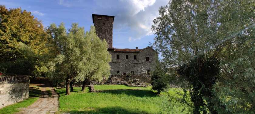 Il castello di Bianzano dominato dalla grande torre