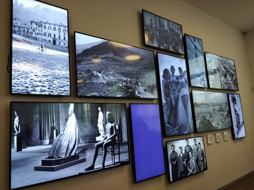 Parete con fotografie al Museo della Fotografia Sestini Bergamo